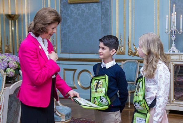 Queen Silvia bought the year's first Mayflower pin, as is traditional. This year, Youssef and Alice from class 2–3 C at Barkarby School in Stockholm