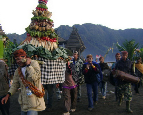 Travel.Tinuku.com Yadya Kasada ceremony by Tengger tribe in Luhur Poten temple the Mount Bromo crater as Hindu sect