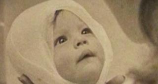 Όταν τραβήχτηκε η φωτογραφία αυτή πριν 4 δεκαετίες, κανείς δεν περίμενε ότι θα ήταν ένας θησαυρός για αυτό το μωρό