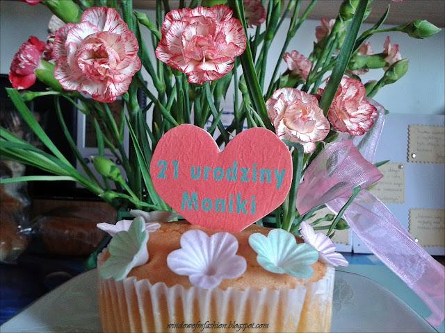 Urodziny: kwiaty i babeczka