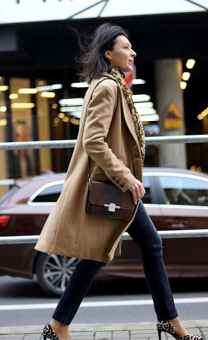 modne stylizacje kamelowy płaszcz