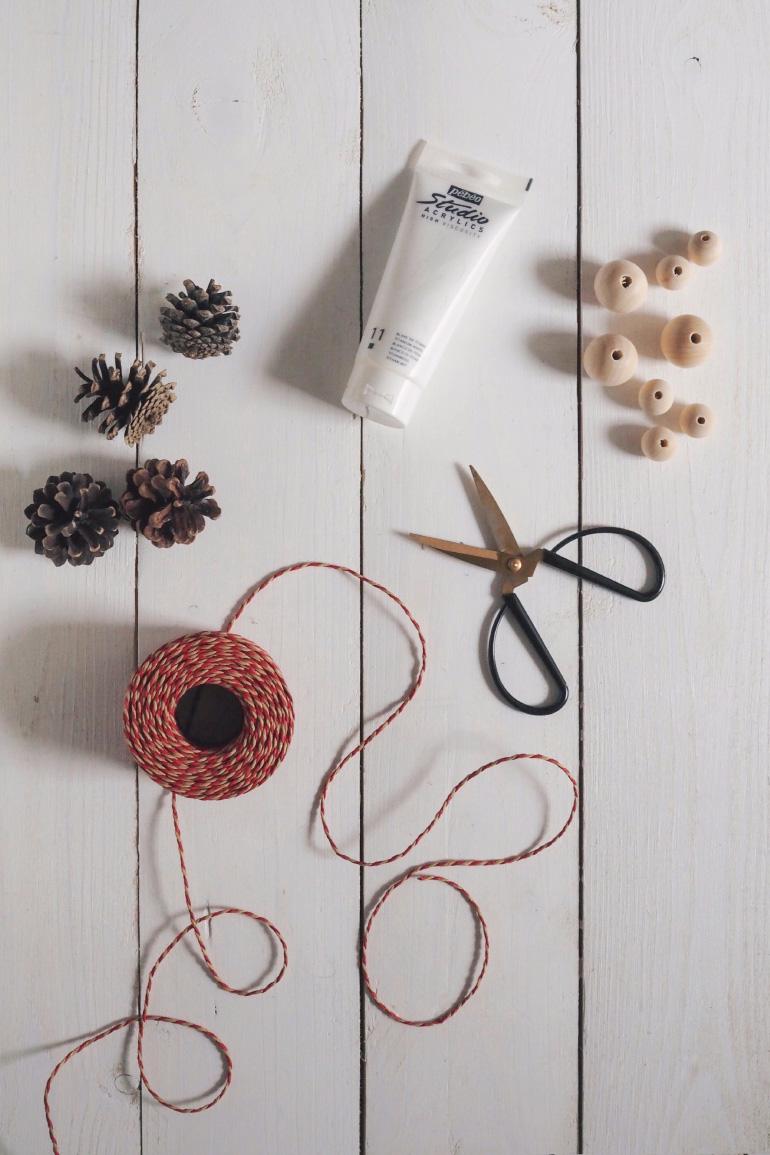Matériel do-it-yourself pour faire une guirlande en bois et pommes de pin