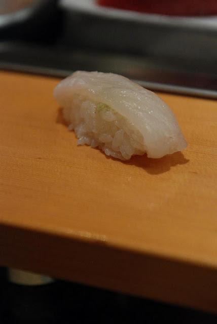 ซูชิเนื้อปลาตาเดียว (Hirame Nigiri)