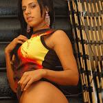 Andrea Rincon, Selena Spice Galeria 36 : Shakiras, Camiseta Negra Con Amarillo y Rojo, Tanga Amarilla y Naranja Foto 63