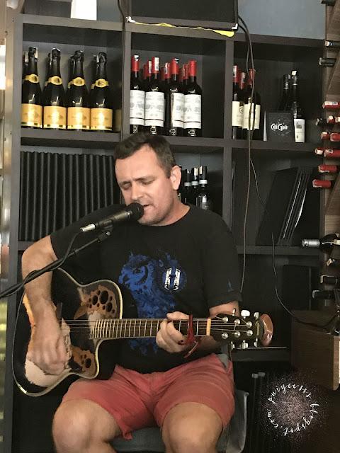 lorenzo-guitarist-playing