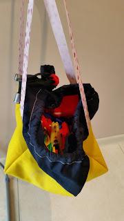 Żółto granatowa torebka na spinacze. Otwarta