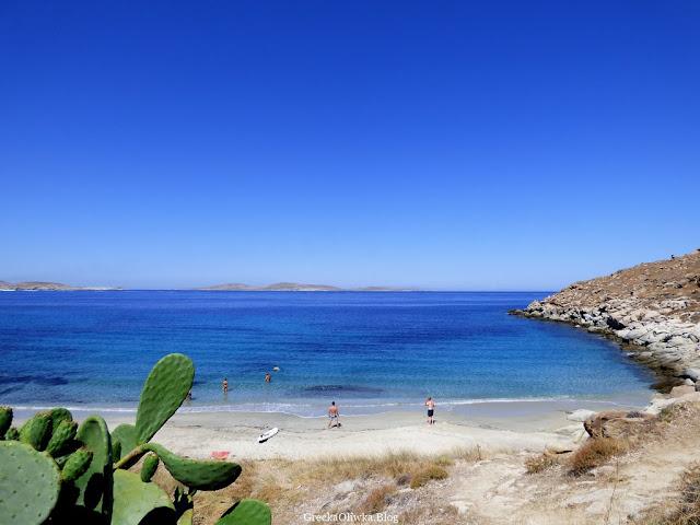 Błękitno-niebieski grecki krajobraz, widok na greckie morze egejskie, biała plaża, Mykonos