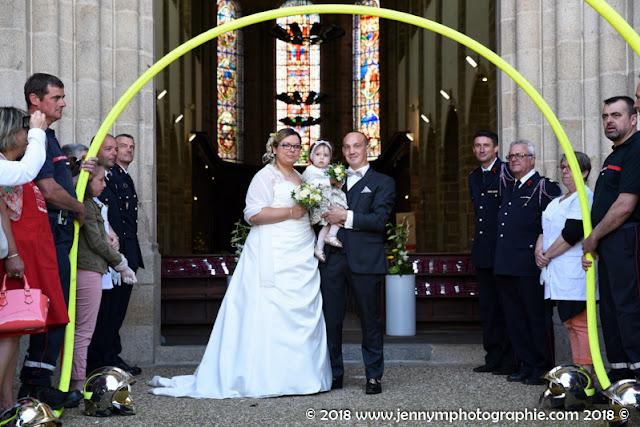 sortie des mariés de l'église, tuyaux des pompiers