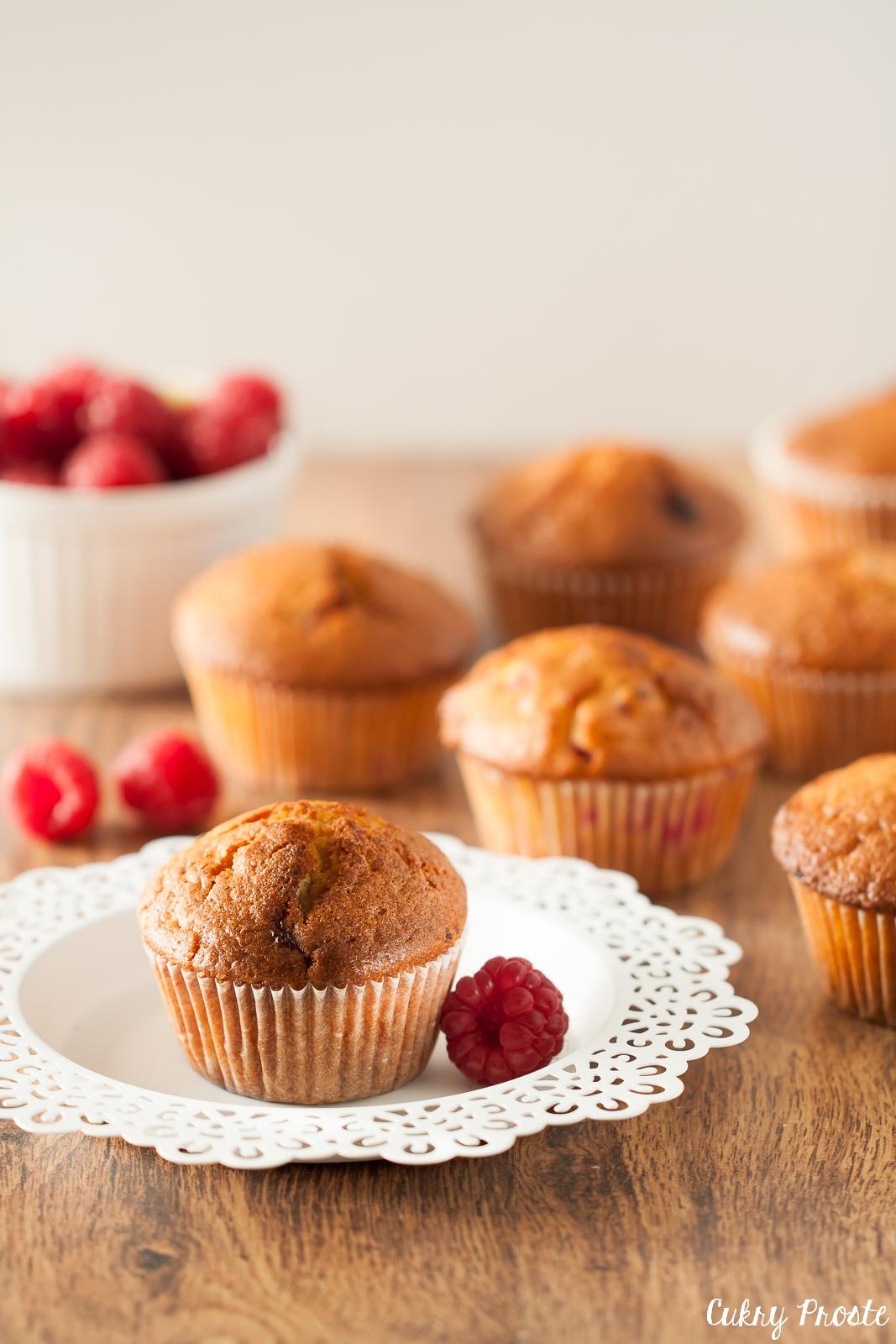 Maślane muffiny z malinami i białą czekoladą