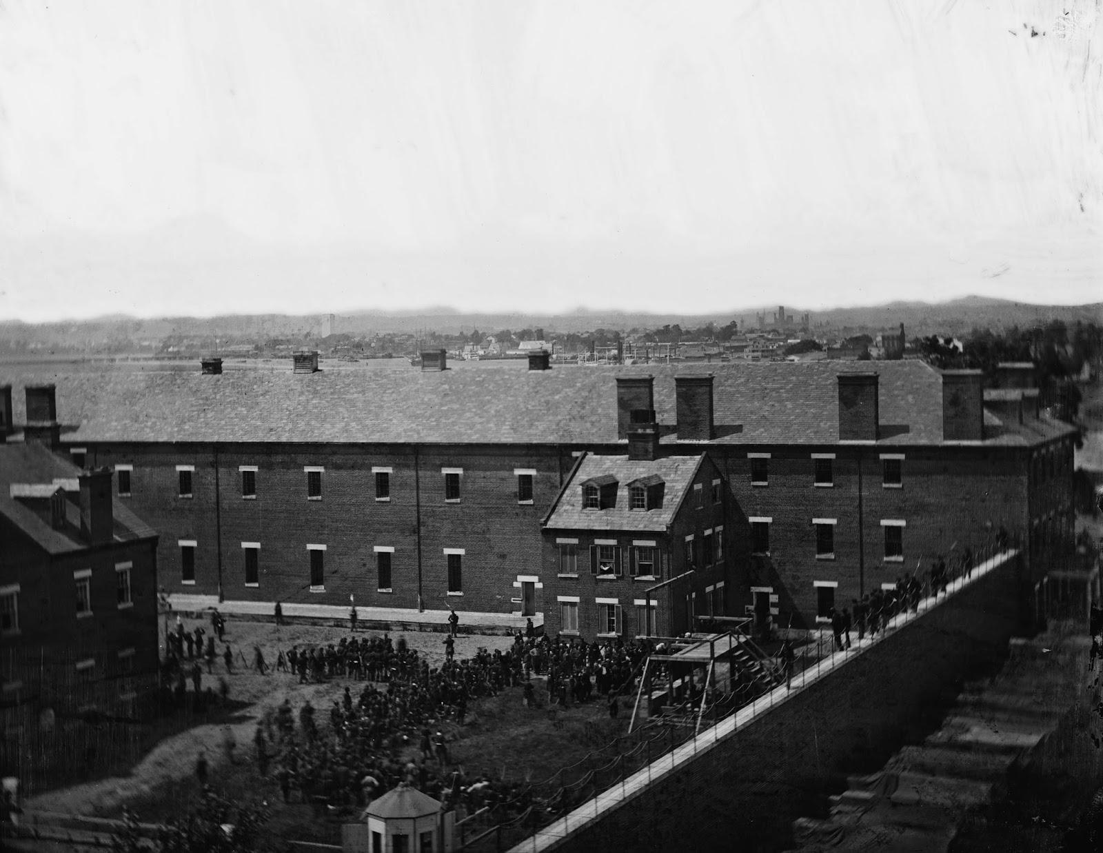 El andamio en uso y la multitud en el patio visto desde el techo del Arsenal de Washington.