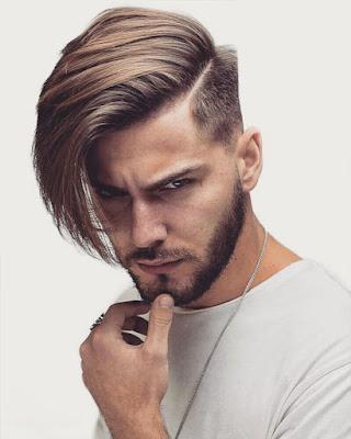 hombre con cabello semilargo arriba