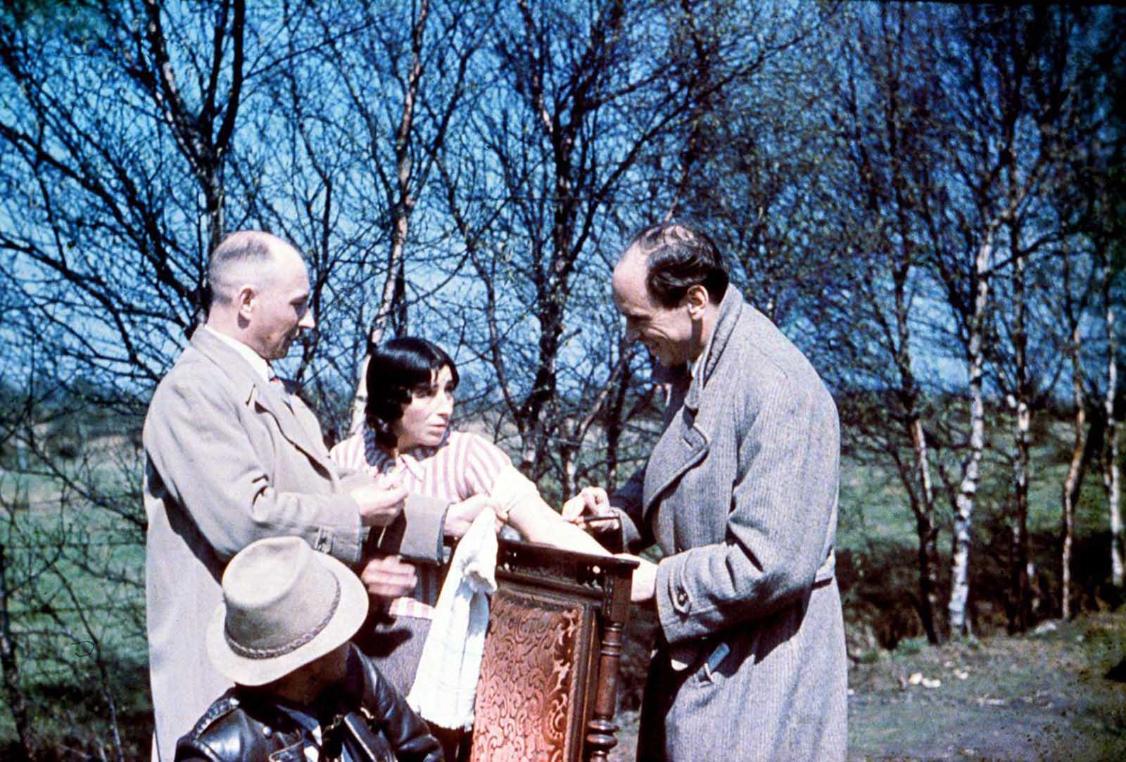 El Dr. Ritter toma una muestra de sangre de una mujer gitana. 1938.
