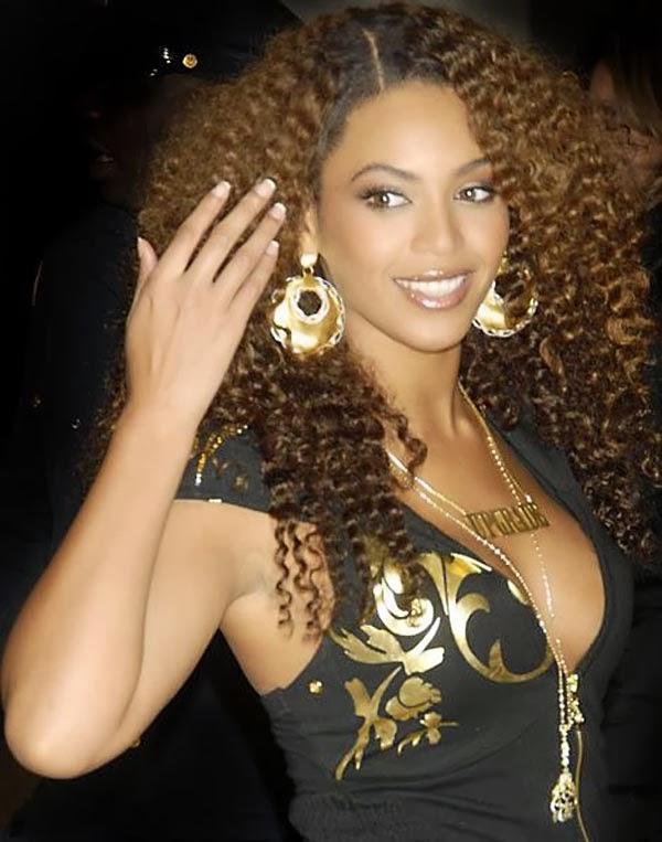 gaya rambut untuk rambut keriting panjang dengan lapisan
