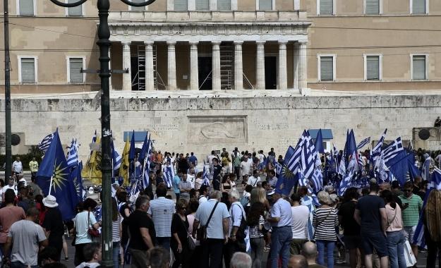 Σε εξέλιξη το συλλαλητήριο για τη Μακεδονία - Κλειστός ο δρόμος έξω από τη Βουλή