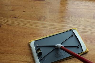 Alat dan bahan membersihkan lantai kayu