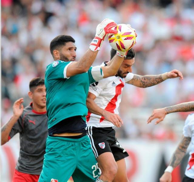 River se hizo fuerte de local y goleó 3-0 a Independiente en el clásico
