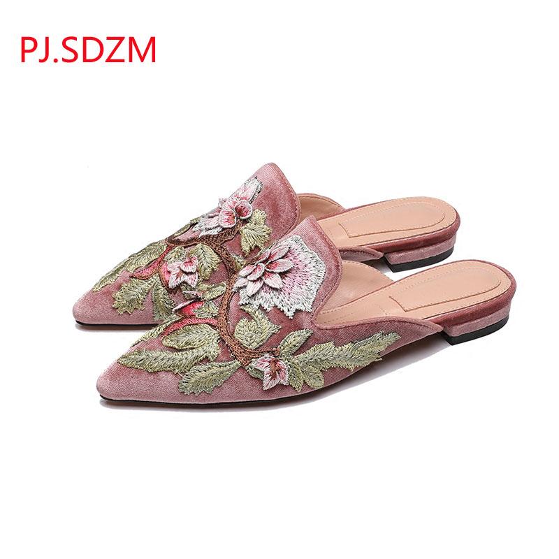 ac6d28961d952 abuse dos chinelos em modelos com materiais e acabamentos mais luxuosos.  Tem até de pelinho. LOOKS-
