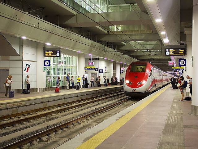 Trem na estação Bologna Centrale