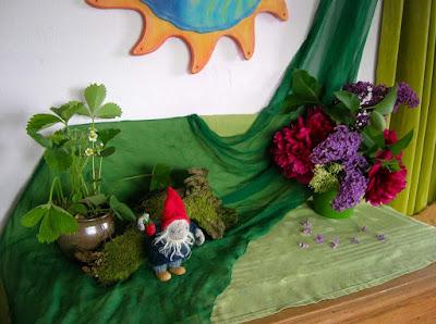Der mystische Monat, Jahreszeitentisch im Juni, Rosenmonat, Gartenzwerge, Erdbeeren aus Wollfilz, Waldorfkindergarten, Waldorfpädagogik, Anthroposophie, Jahreszeitenuhr
