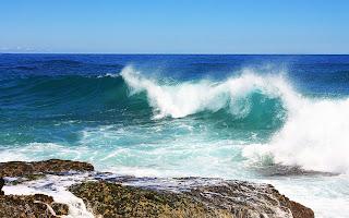 Landschap met rotsen en blauwe zee