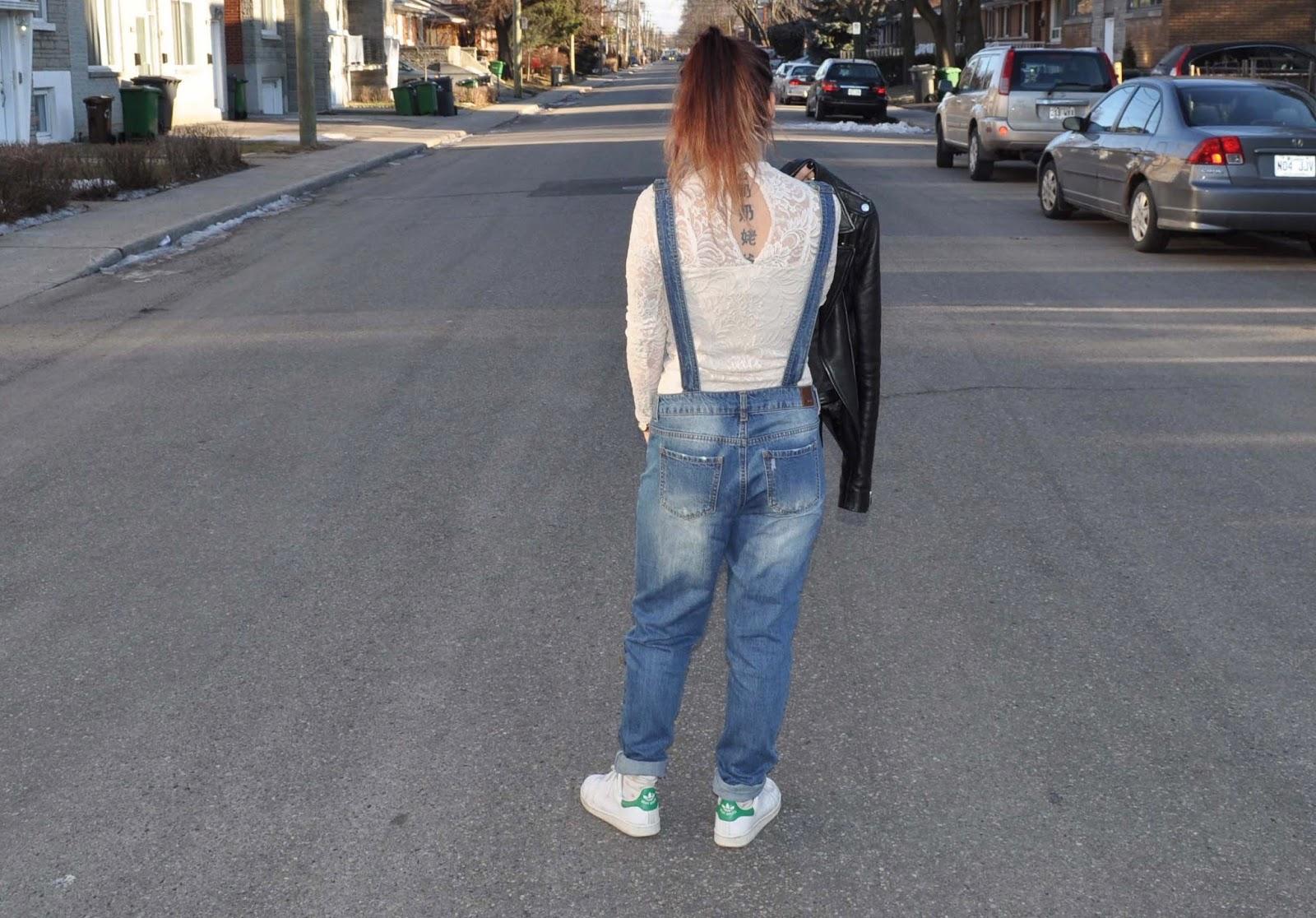 Outfit salopette en jean et haut dentelle
