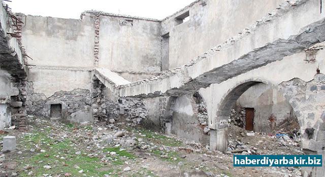DİYARBAKIR-Diyarbakır'ın Sur ilçesinde 2013 yılında başlanılan kentsel dönüşüm projesi kapsamında bulunan Hamza Bey Camii, Çevre ve Şehircilik Bakanlığı tarafından yapılan peyzaj çalışması kapsamında yıktırıldı.
