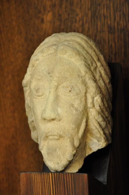 Strzelno - głowa Chrystusa - fragment tympanonu z Rotundy świętego Prokopa