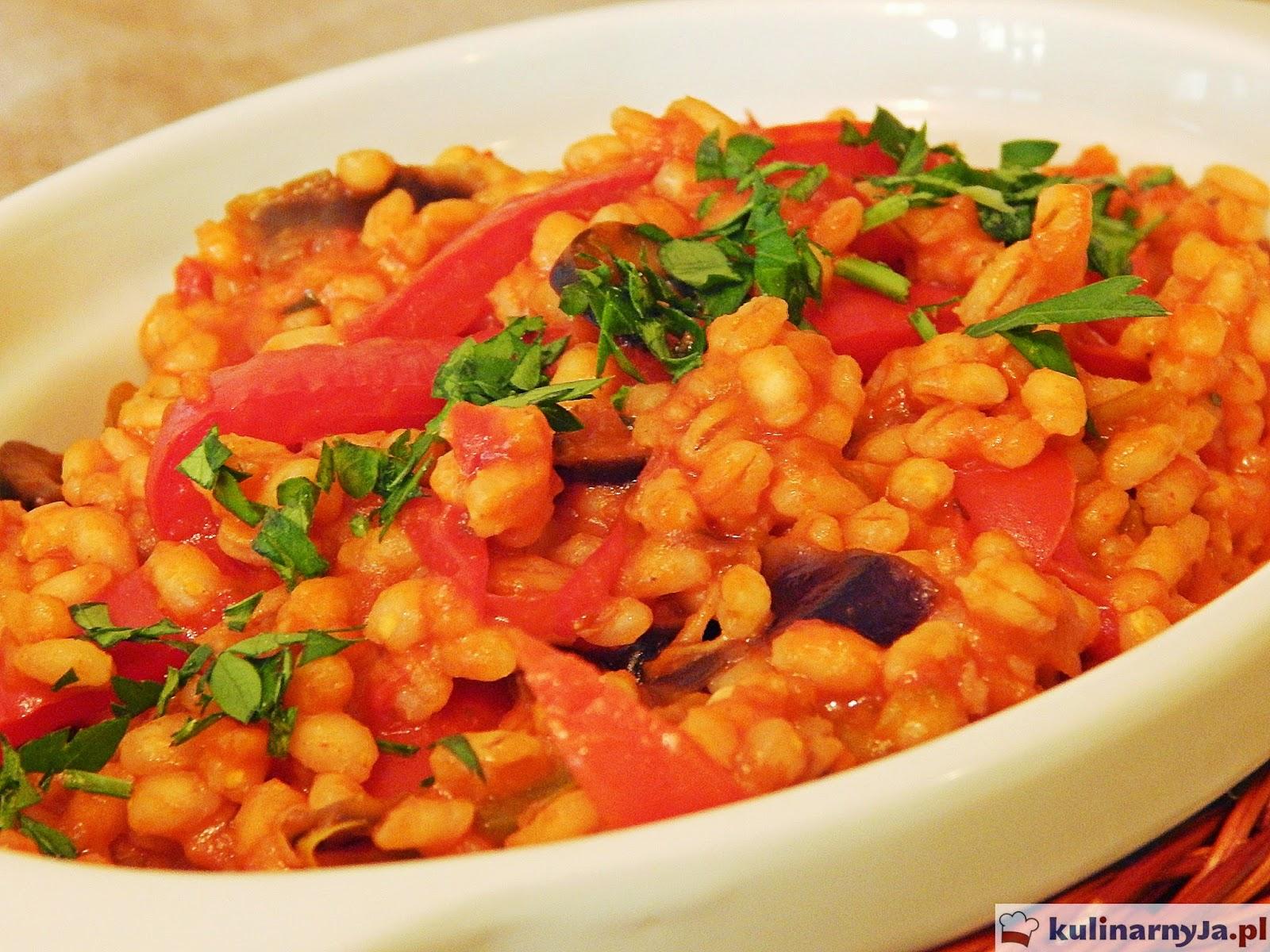 Pęczotto z papryką, bakłażanem i oliwkami w pomidorowym sosie