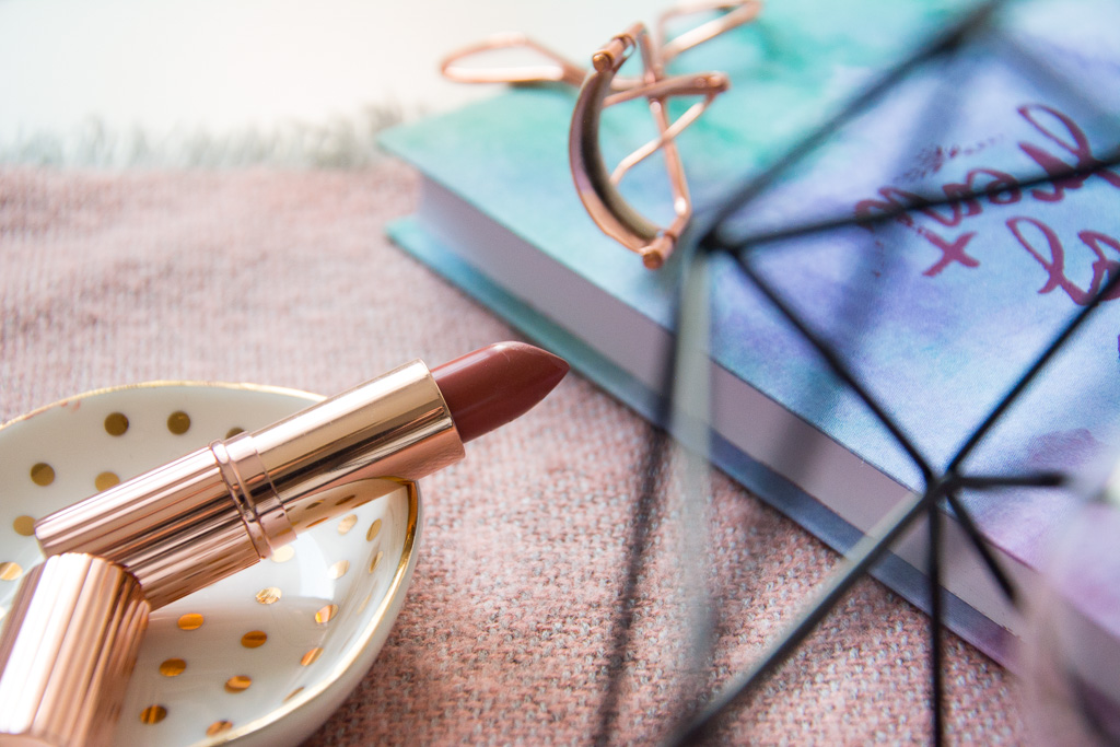 Makeup Revolution Lipstick Awaken; Primark Rosegold Eyelash Curler; Primark Geometric Table Lamp; Hema Pastel Notebook; Maisons Du Monde Pineapple Trinket Dish