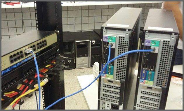 dois desktops um cabo rede