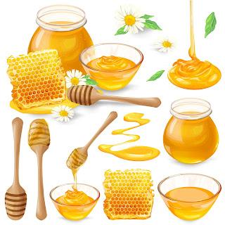 Miel en panales, en un tarro, goteando de un cucharón de miel.