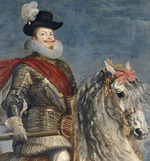 El rey posa a caballo con vistosa armadura de relieves dorados, sombrero y bastón de mando en la mano derecha.o.