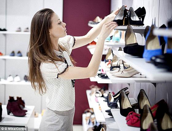 Wanita perlu waktu lama sampai 35 jam sebelum memutuskan membeli sepatu hak tinggi