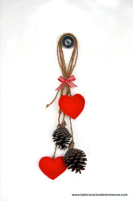 adorno navideño con piñas y corazones