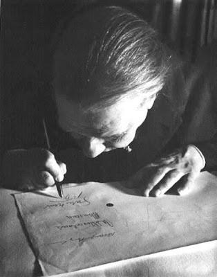 Foto de Jorge Luis Borges firmando un documento