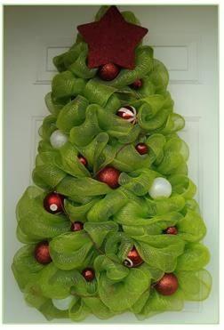 A mi manera idea moderna para decorar la puerta en navidad for Arboles de navidad manualidades navidenas