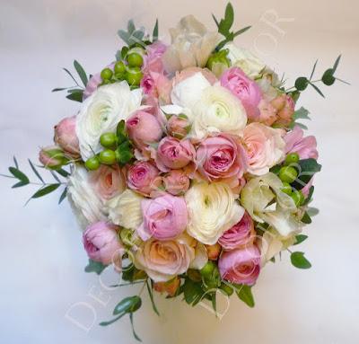 Fehér boglárkából, rózsaszín rózsából, hypericum bogyóból készült tavaszi menyasszonyi csokor