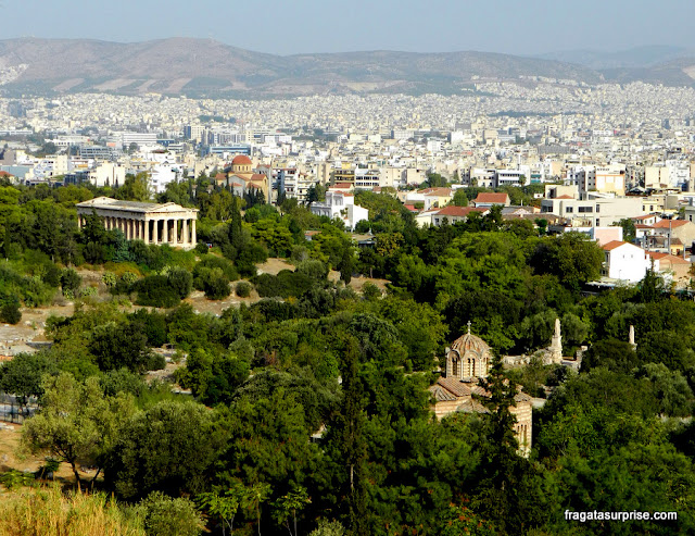 Templo de Héfesto e a Ágora Antiga de Atenas vistos das encostas da Acrópole