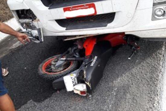 colisao-entre-moto-e-caminhao-deixa-2-mortos-na-BR-020