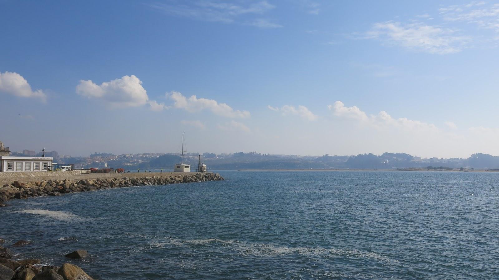 3267c5cf1 Seguindo o calçadão, vemos vários pescadores e o Farol de Felgueiras ao  longe. Na altura da Praia do Carneiro, a direita, podemos ver a Fortaleza de  São ...