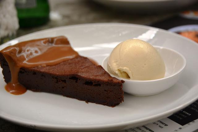 בראוניז שוקול טופי קפה ג'ו Toffee sauce with brownie cake