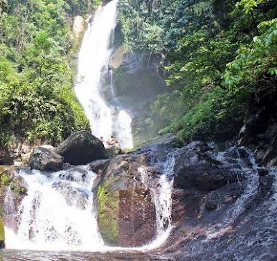 yang menjadi ciri khas air terjun ini adalah ketika terdapat pelangi disekitar pancuran air, yang menjadi daya tarik tersendiri bagi wisatawan.