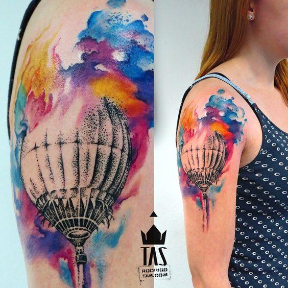 imagen de un tatuaje de globo aerostatico para mujer