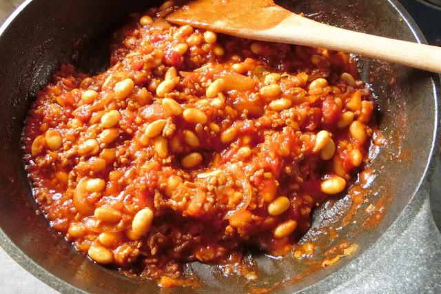 時々かき混ぜながら汁気が半分くらいになるまで煮込み、汁気の量はお好みで調整して煮込んでください。ローリエを取り出し、塩・コショウして味を整えたら器に盛りつけます。 仕上げに粉チーズを振りかけて完成!