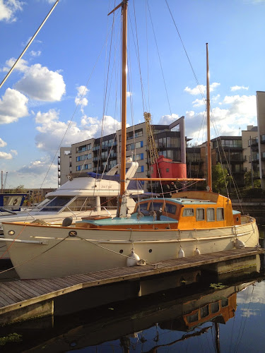 Classic live-aboard boat for sale in Canary Wharf
