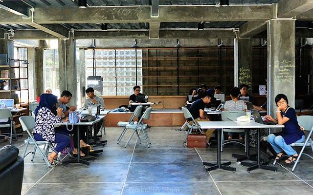 Pengunjung sedang sibuk dengan laptopnya masing-masing