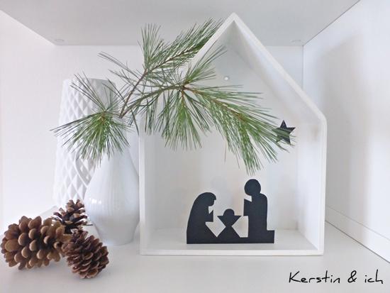 Minimalistische Weihnachtsdeko in schwarz-weiß mit Krippe