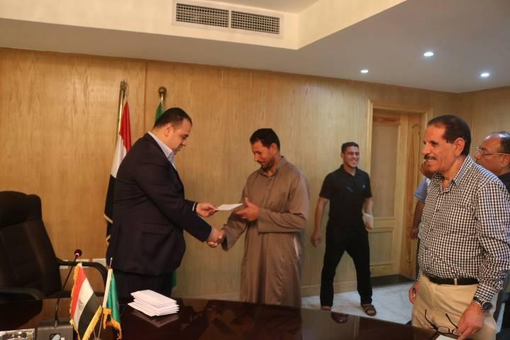 محافظ الفيوم يطمئن علي سلامة المصريين المختطفين العائدين من دولة ليبيا