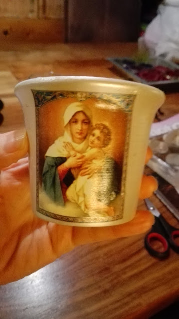 Wit kaarslichtje met Maria-afbeeling.