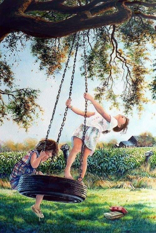 Crianças brincando em um balanço de pinéu usado. Alegres, felizes, mostrando para o mundo que para ser feliz não precisa muito.